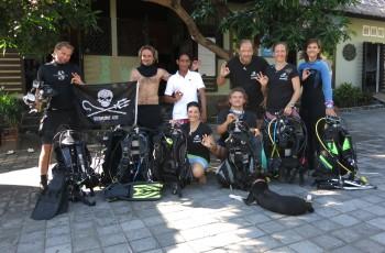 we love the sea - naši potápěči před divecentrem Relax Bali Wreck